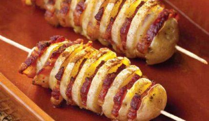 Аппетитный шашлык из картошки с салом на мангале
