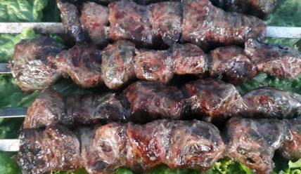 Жарим на мангале: шашлык из печени в жировой сетке